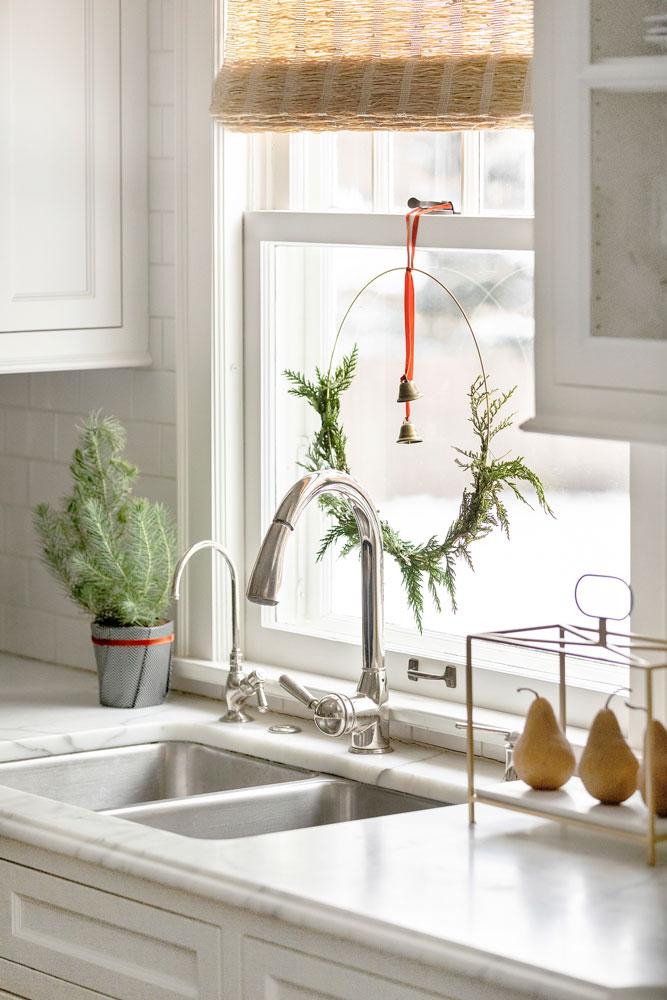 11 Festive Holiday Season Kitchen Window Wreath